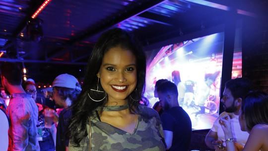 Aline Dias desfila barrigão de oito meses no Rock in Rio
