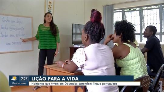 Haitianos que moram em Dourados estudam em português para poderem melhorar de vida
