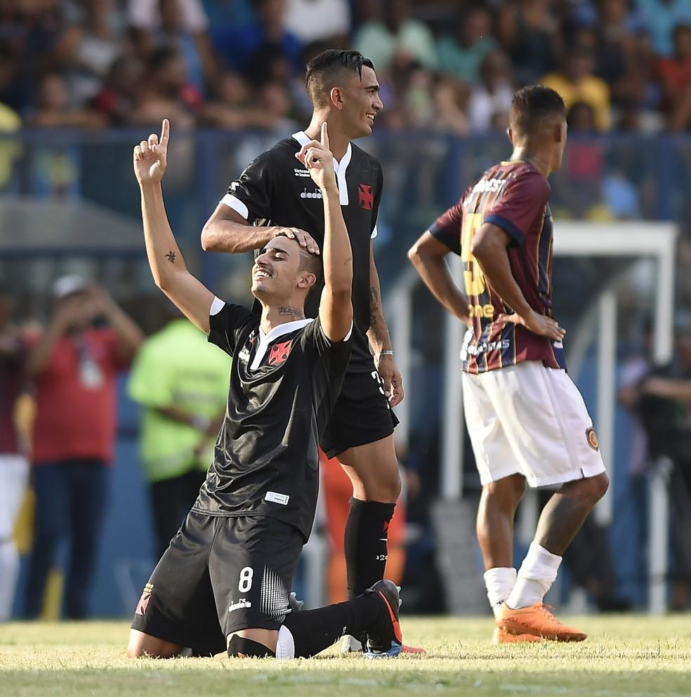 Thiago Galhardo comemora o gol da vitória em Conselhiero Galvão — Foto: André Durão/GloboEsporte.com