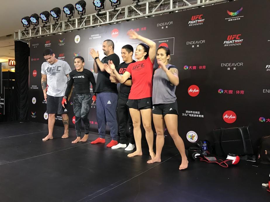 Jogo de peteca e muitos celulares: treino aberto do UFC em Shenzhen levanta os fãs chineses