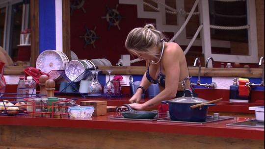 Jéssica faz suco de goiabada na cozinha