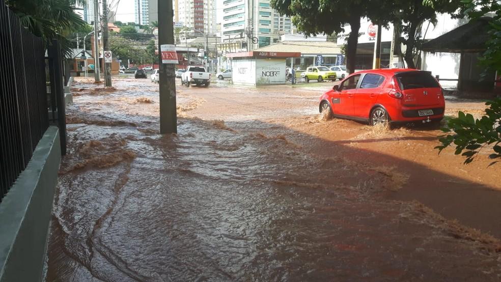 Água cobriu o meio-fio e chegou até o condomínio. — Foto: Magno Lemes/TV Morena