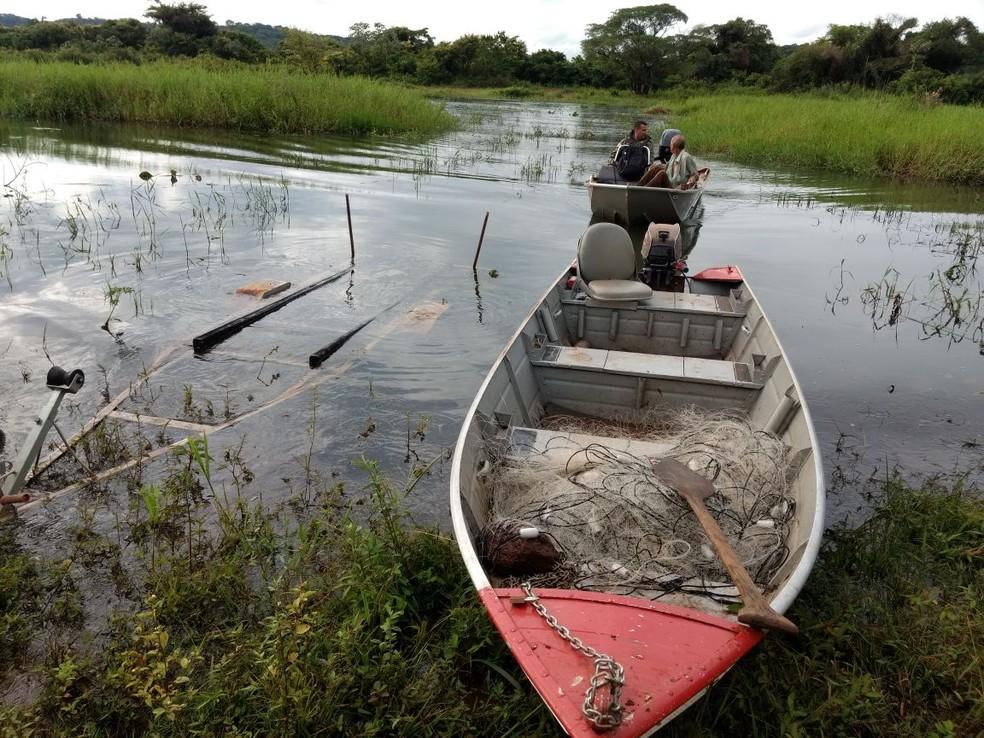 -  Um barco e uma rede de 500 metros foram apreendidos com um homem durante pesca ilegal em Capinópolis  Foto: Divulgação / Polícia Militar Ambiental