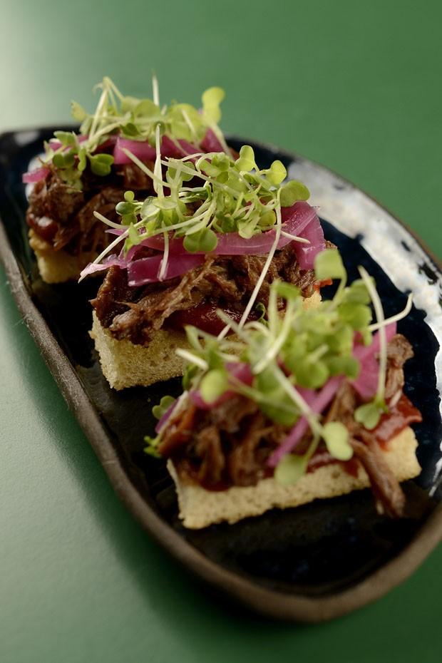 Costela desfiada e goiabada picante no pão: receita de entrada diferente (Foto: Divulgação)