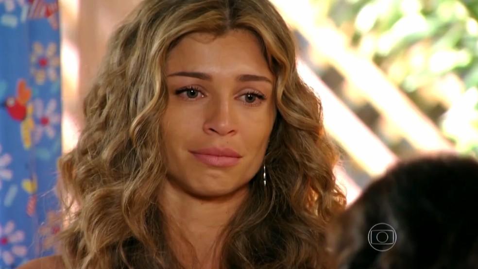 Ester (Grazi Massafera) chora com gesto solidário de Veridiana (Laura Cardoso) - 'Flor do Caribe' — Foto: Globo