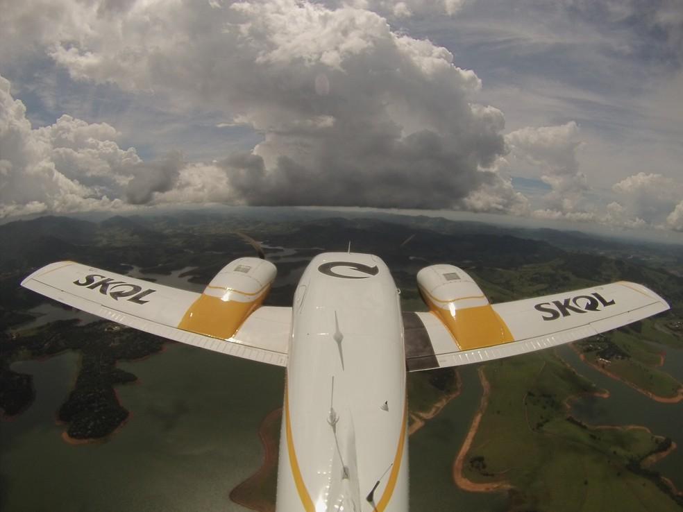Avião sobrevoa a região do sistema Cantareira para despejar água no interior das nuvens. — Foto: Divulgação