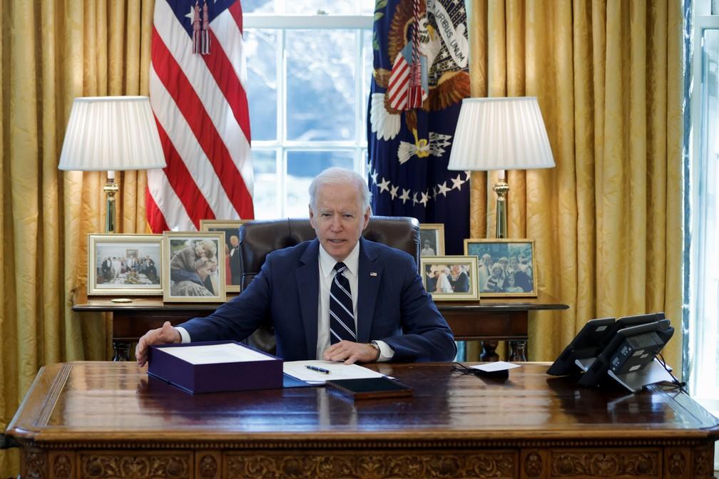 Presidente Joe Biden assina pacote de estímulos econômicos de US$ 1,9 trilhão, o terceiro plano aprovado como alívio dos efeitos da pandemia do coronavírus no país. — Foto: REUTERS/Tom Brenner