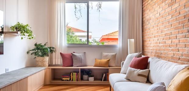 stanza    Il divano Clami Design completa il soggiorno e porta comfort e stile.  Il lavoro di falegnameria è stato svolto da CG - Falegnameria e Planejados.  Un muro di mattoni interrompe l'atmosfera accogliente con un elemento rustico (Foto: Disclosure/Natalie Artaxo)