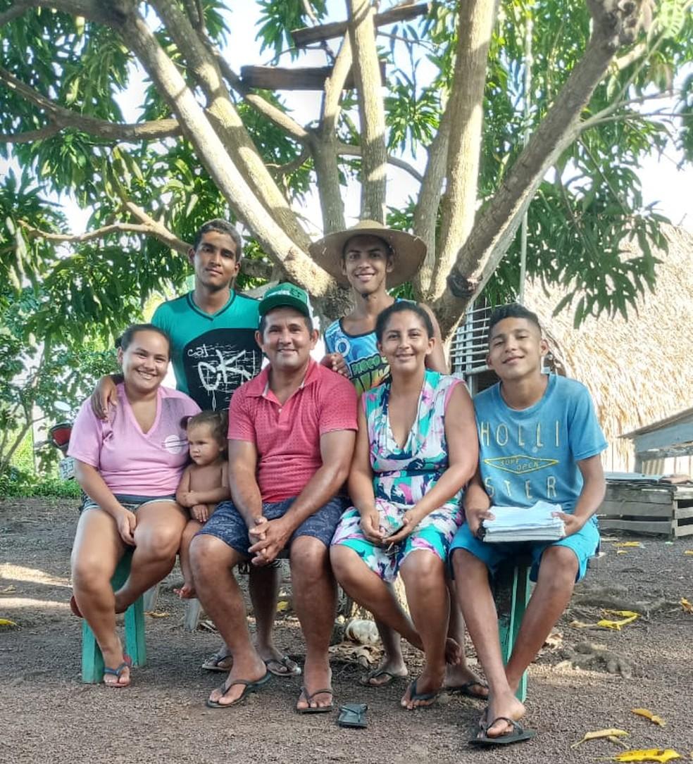 Família de Artur embaixo da mangueira, que teve uma 'sala de aula' adaptada para aulas remotas — Foto: Lúcia Ribeiro/Arquivo Pessoal