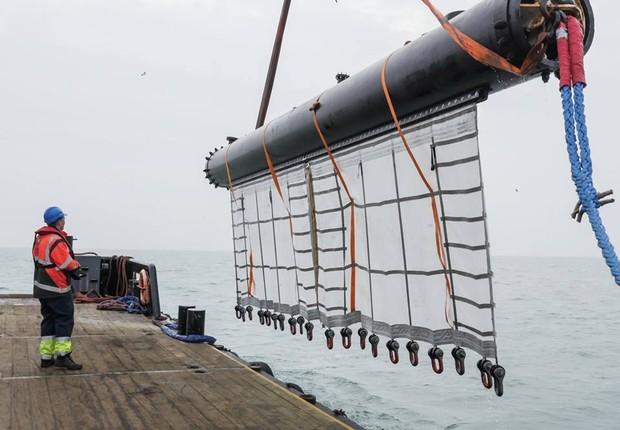 O sistema é composto por tubos de plástico durável para retirar a poluição do oceano (Foto: Reprodução/Facebook TheOceanCleanup)