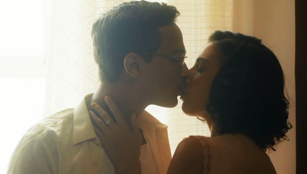Julinho (André Luiz Frambach) e Soraia (Rayssa Bratillieri) se beijam em 'Éramos Seis' — Foto: Globo