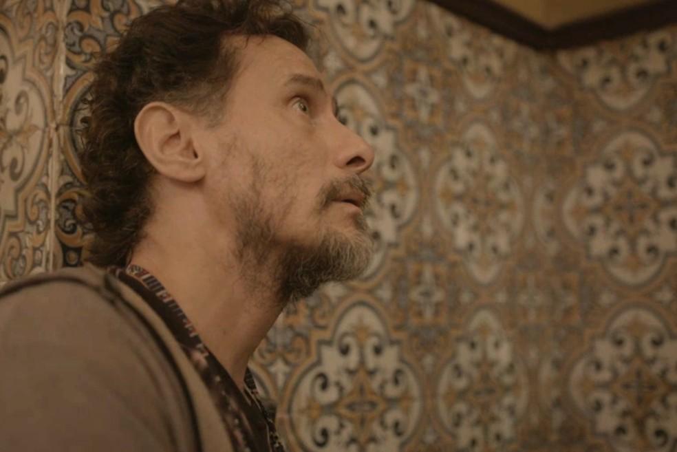 Durval ouve conversa de Jane e Thelma — Foto: Globo