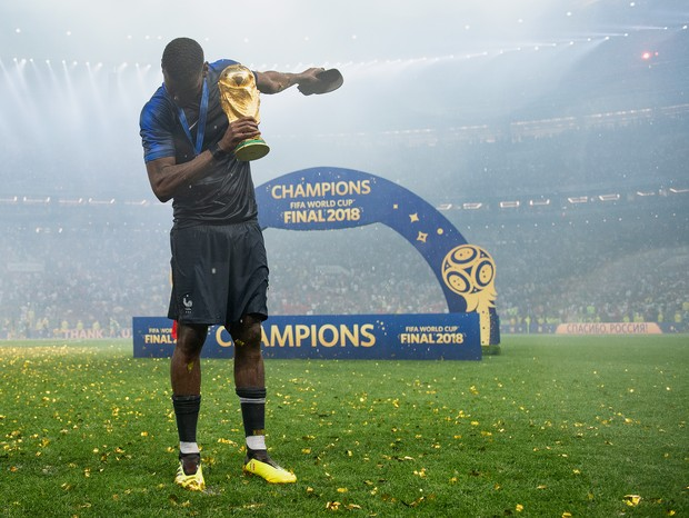 MOSCOW, RUSSIA - JULY 15:  Paul Pogba of France celebrates with the World Cup Trophy following his sides victory in the 2018 FIFA World Cup Final between France and Croatia at Luzhniki Stadium on July 15, 2018 in Moscow, Russia.  (Photo by Matthias Hangst (Foto: Getty Images)