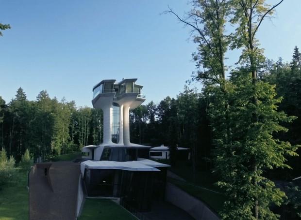 Uma torre localizada a 22 metros do solo leva ao quarto do casal (Foto: OKO Group)