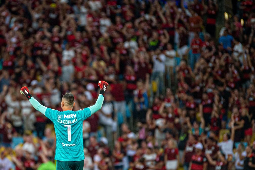 Diego Alves comemora gol com a torcida na partida contra o Barcelona de Guayaquil, a última com público — Foto: Paula Reis / Flamengo