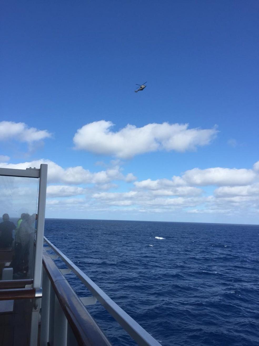 Gravida é retirada do navio para dar a luz na Espanha — Foto: G1 Santos