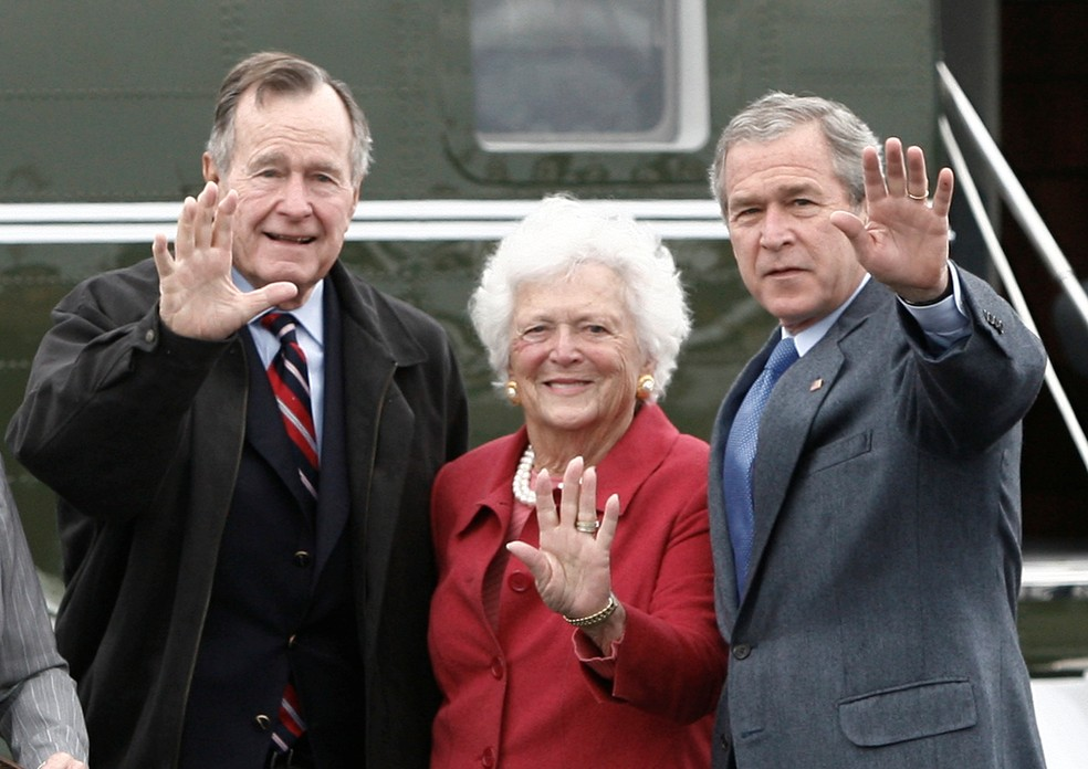George H. W. Bush (à esquerda), Barbara e o filho George W. Bush (Foto: Jason Reed/Reuters)