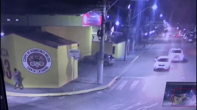 Vídeo mostra momento em que mulher sai de carro em movimento durante fuga em Itapema