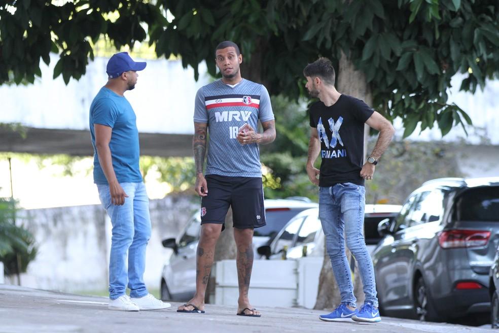 Léo Lima bate um papo antes de iniciar o treino do Santa Cruz (Foto: Marlon Costa / Pernambuco Press)