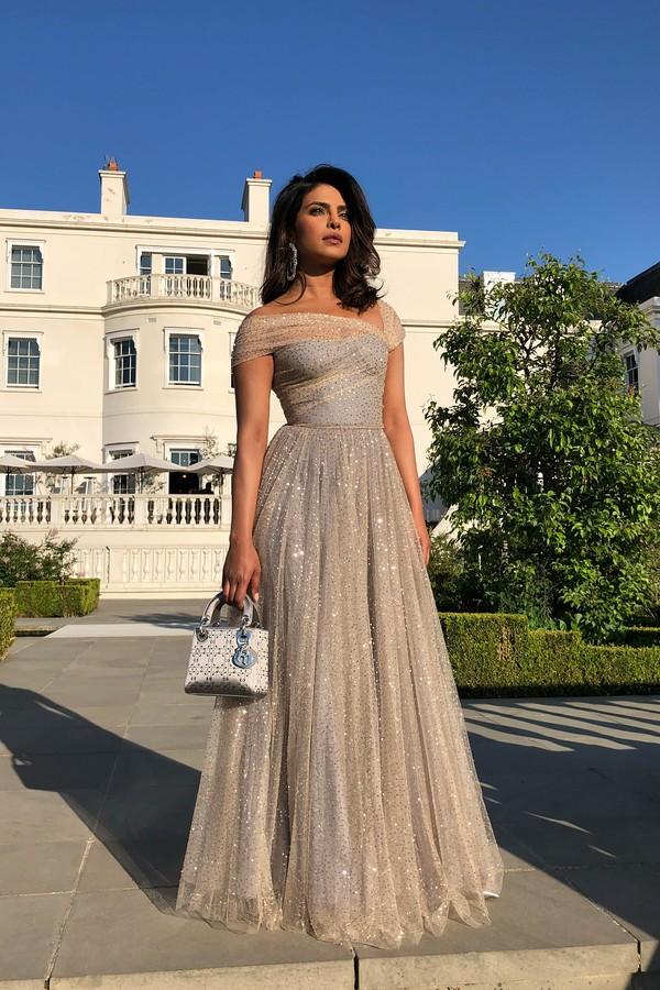 Pryanka Chopra, amiga de Meghan e uma das convidadas da festa, de look Dior (Foto: reprodução/Instagram)