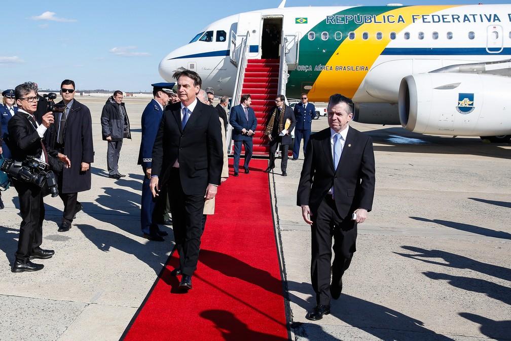 Bolsonaro desembarcou por volta das 16h40 na base aérea de Andrews, próxima da capital Washington — Foto: Presidência da República
