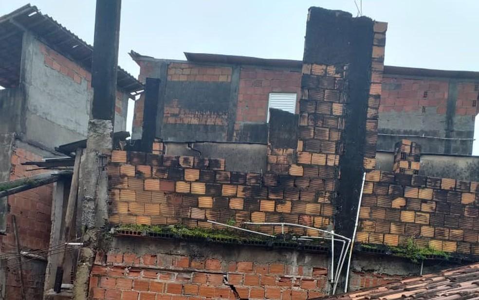 Parte de um dos imóveis caiu na quinta-feira  — Foto: Arquivo Pessoal