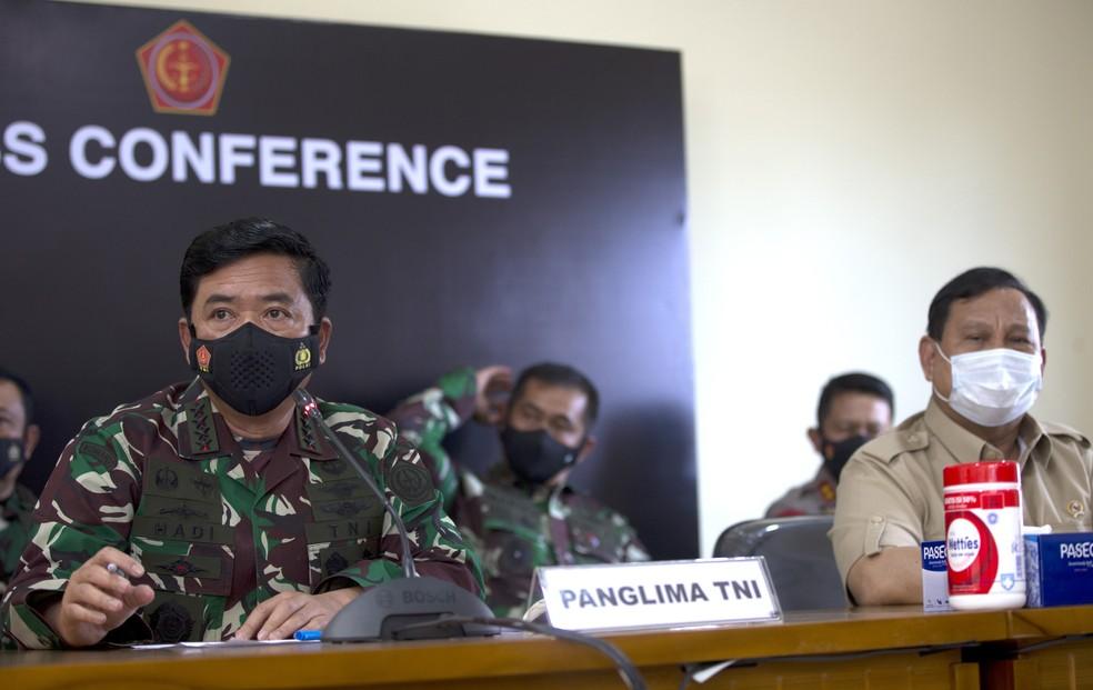 O comandante das Forças Armadas da Indonésia, Hadi Tjahjanto (à esquerda), e o ministro da Defesa do país, Prabowo Subianto (à direita) durante entrevista coletiva nesta quinta (22) sobre o desaparecimento do submarino KRI Nanggala-402 — Foto: Firdia Lisnawati/AP