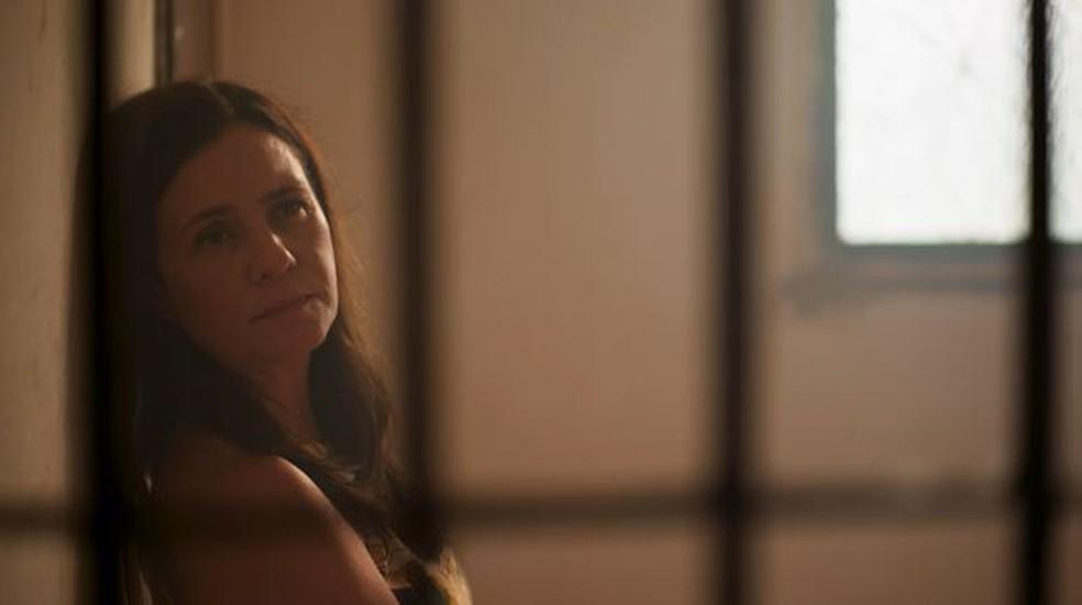 Thelma (Adriana Esteves) se mantém fria em 'Amor de Mãe' — Foto: Globo