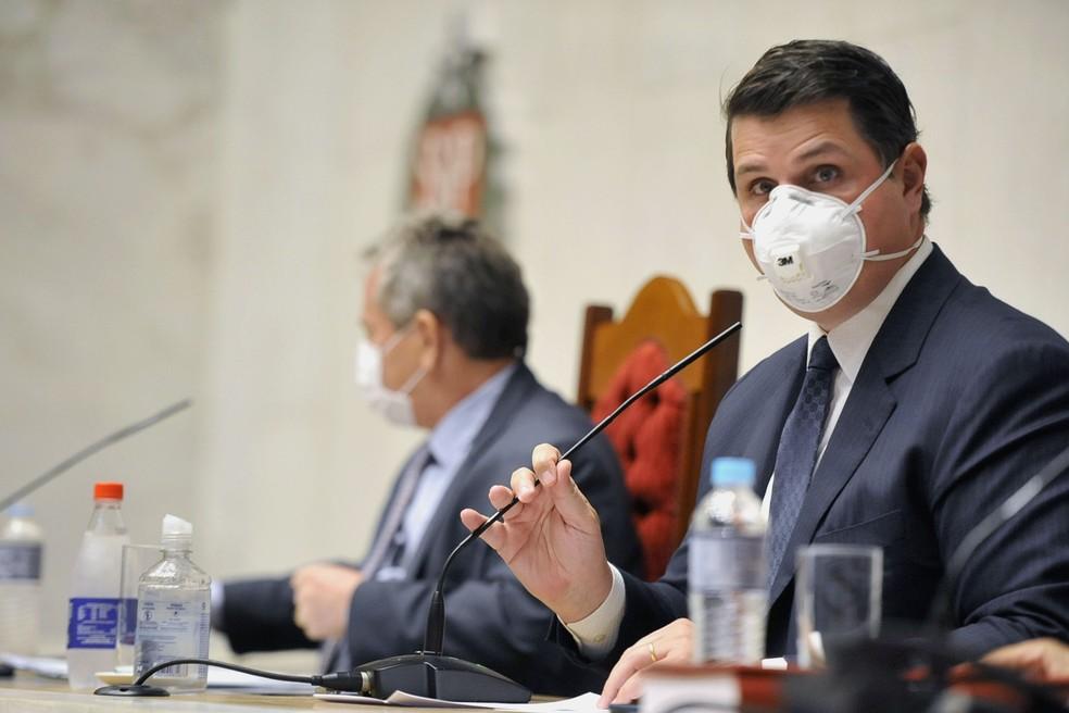O presidente da Alesp, deputado Cauê Macris (PSDB), durante sessão plenária usando máscara de proteção, conforme determina a lei e a resolução interna da casa. — Foto: Divulgação/Alesp