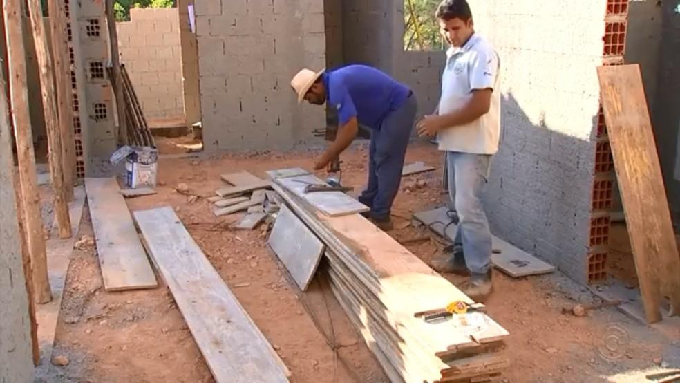 Pedreiro trabalha em obra no interior de São Paulo (Foto: Reprodução/TV TEM)