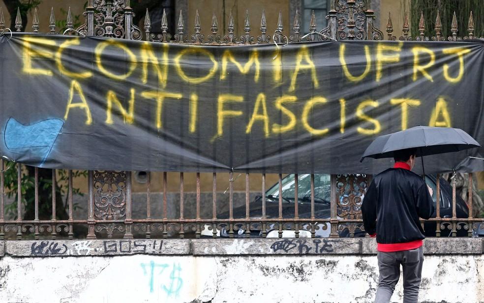 Faixa colocada na fachada da Faculdade de Economia da Universidade Federal do Rio de Janeiro (UFRJ), em Botafogo, na zona sul do Rio — Foto: Fábio Motta/Estadão Conteúdo