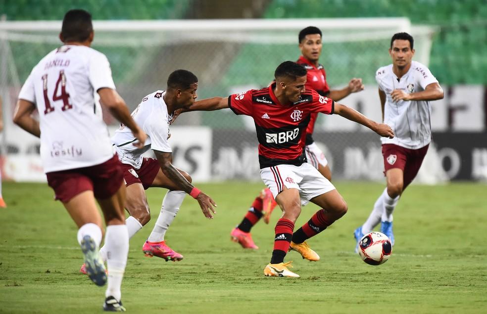 Sem centroavante, bola batia no ataque do Fluminense e voltava — Foto: André Durão/ge