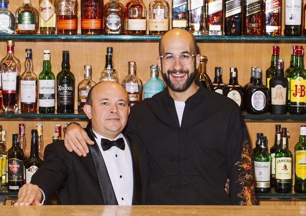 Bolinha e Fabio La Pietra, comemorando os 15 anos do hotel Fasano São Paulo, no bar Baretto (Foto: Divulgação)
