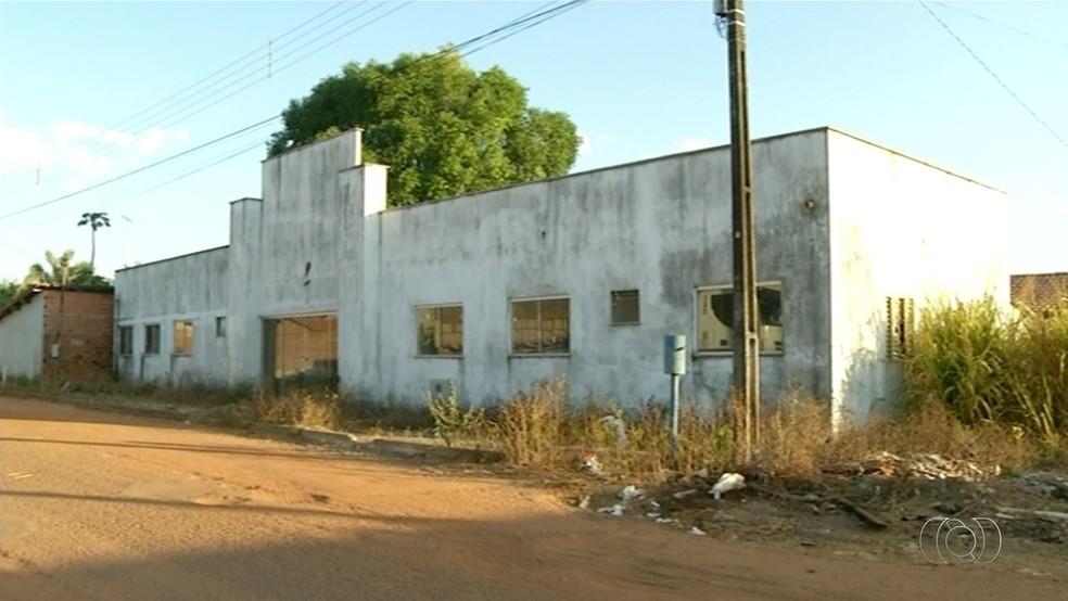 Obra de postinho está abandonada (Foto: Reproduçaõ/TV Anhanguera)