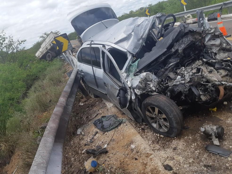 Carro ficou destruído após acidente na BR-316, em Floresta — Foto: Polícia Rodoviária Federal/Divulgação