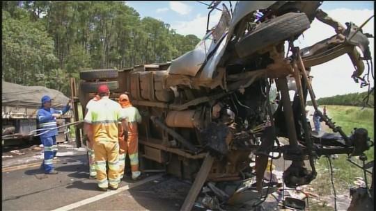 Acidente entre caminhões mata mulher e deixa cabine de veículo irreconhecível em rodovia
