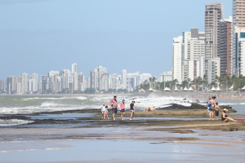 Algumas pessoas aproveitaram para tomar sol sobre os arrecifes na Praia de Boa Viagem, neste domingo (21) — Foto: Marlon Costa/Pernambuco Press