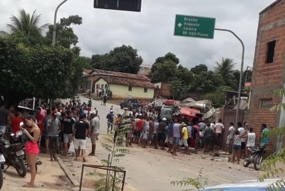 As duas pessoas atingidas morrem no local.Os corpos foram encaminhados para o Departamento de Polícia Técnica (DPT). — Foto: Bom Jesus da Lapa Notícias