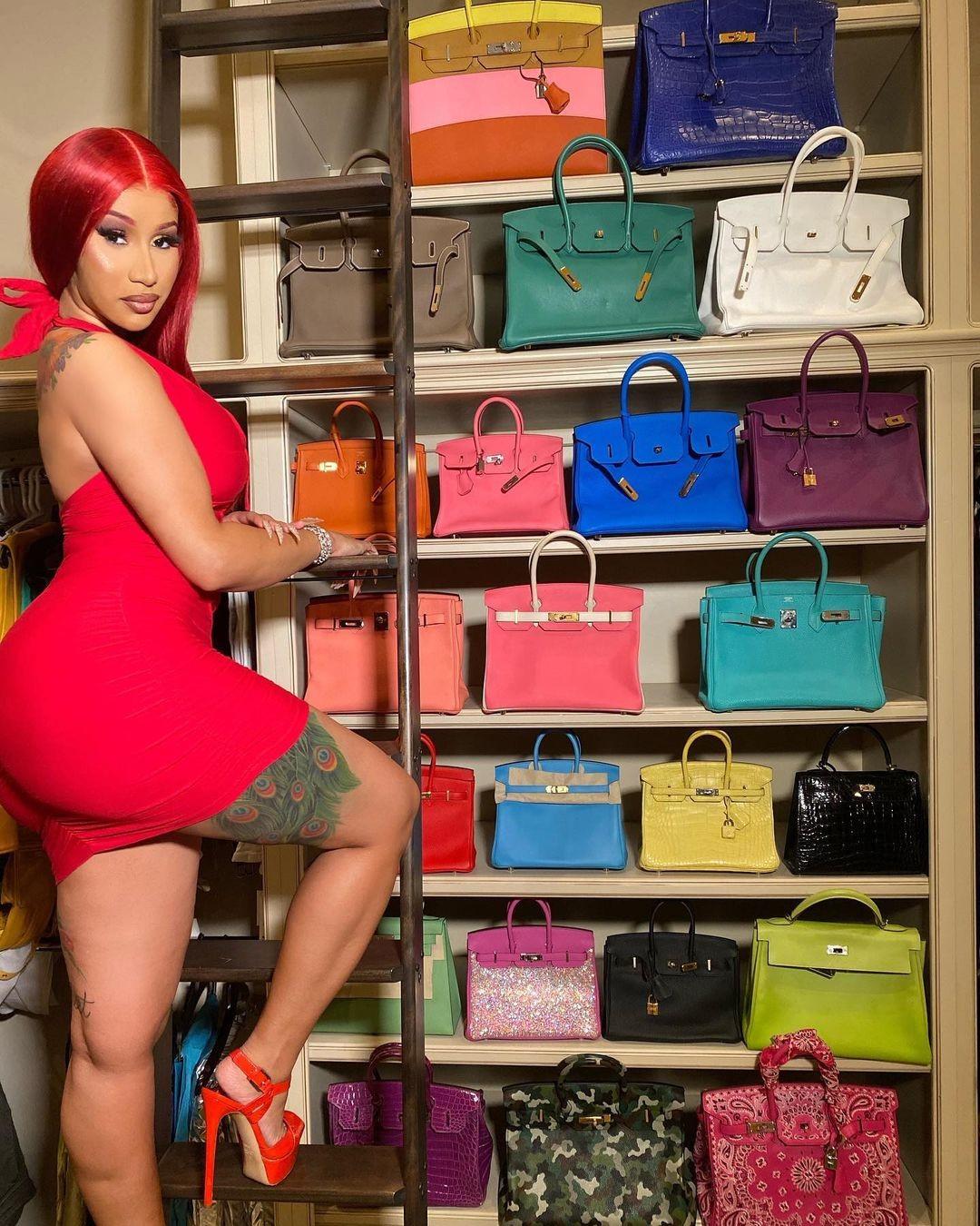 Cardi B com sua coleção de bolsas Birkin (Foto: Reprodução / Instagram)