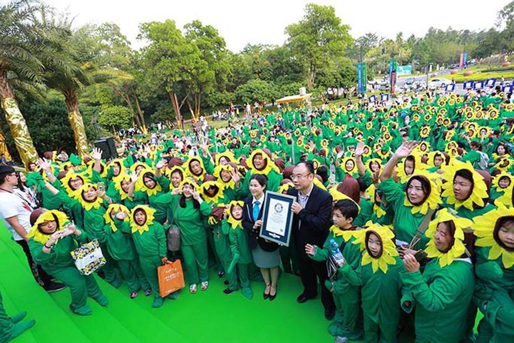 China bate recorde mundial com 889 fantasiados de girassóis (Foto: Livro Guinness de Recordes)