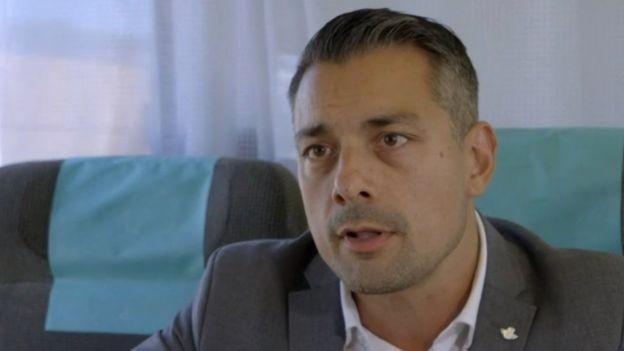 Stephen Ray, da empresa de trens SJ, tem um chip implantado na mão (Foto: BBC)