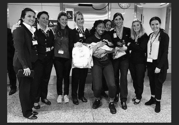Tia com a equipe aérea que a ajudou com o pós-parto (Foto: Reprodução)