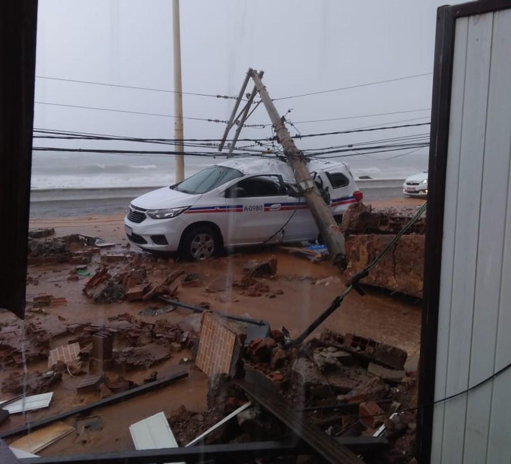 Poste cai em cima de táxi no bairro de Amaralina, em Salvador — Foto: Redes sociais