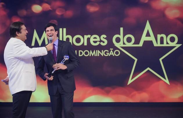 Faustão entrega prêmio a Mateus Solano: 'Um dos maiores comunicadores do Brasil' (Foto: Alex Carvalho/ TV Globo)