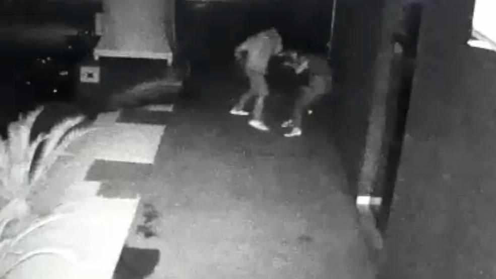 Mulher foi agredida com socos, chutes e puxões de cabelo (Foto: Reprodução)