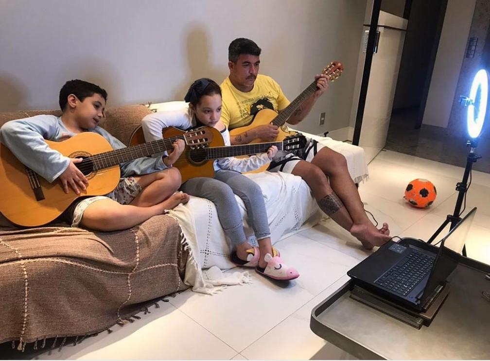 Cássio Sampaio, compositor de 'Balada (Tchê Tchê Rere)', com os filhos em 2020 — Foto: Acervo Pessoal
