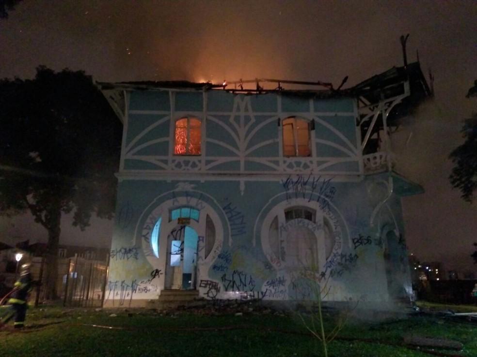 Incêndio destruiu o espaço, que era referência da arquitetura no estilo Art Noveau, em Curitiba — Foto: Tony Mattoso/RPC