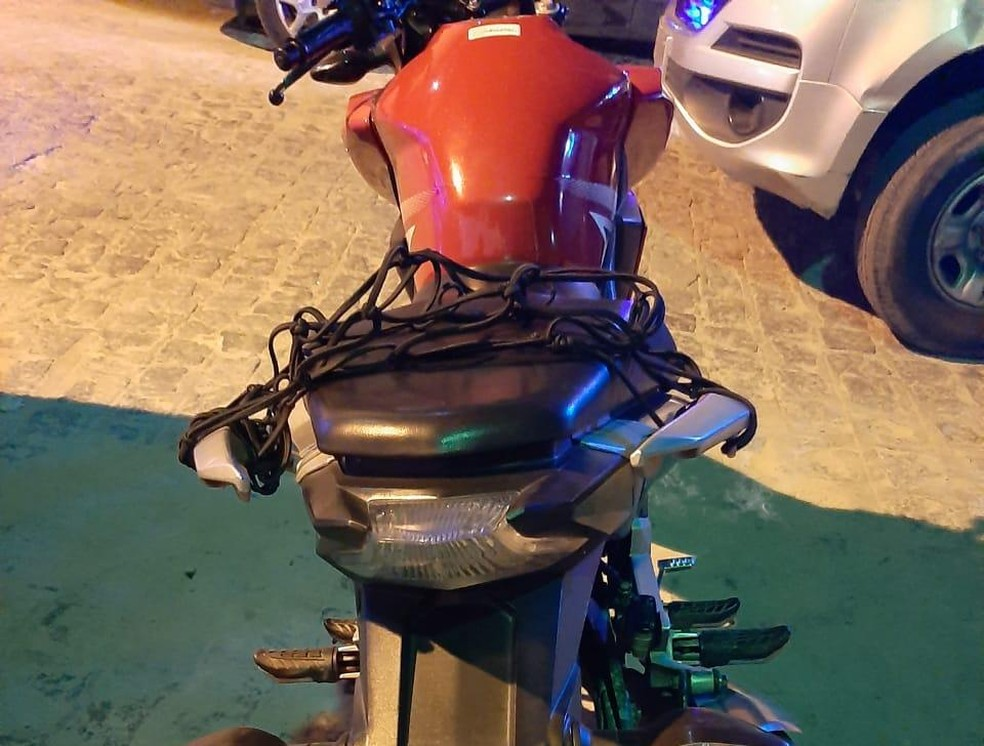 Moto utilizada durante o crime foi apreendida por policiais militares — Foto: Polícia Militar/Divulgação
