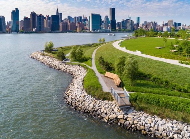 A barreira de pedras ajuda a controlar o nível da água do East River, que tende a subir e causar enchentes (Foto: Bill Tatham/  Reprodução)