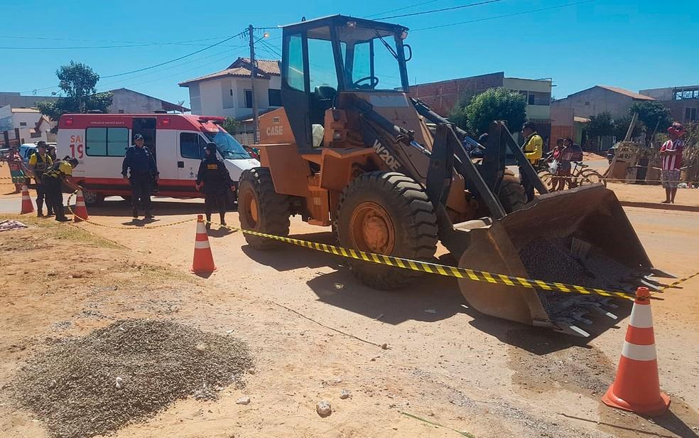 Idoso morreu após ser arrastado por máquina pá carregadeira em Luís Eduardo Magalhães, no oeste da Bagia (Foto: Elvis Araújo/Blog Braga)